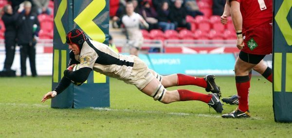 Saracens' Hayden Smith dives over to score under the posts