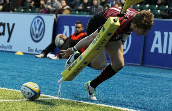 Saracens David Strettle scores a try during the Aviva Premiership match at Allianz Park, London
