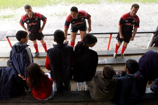 Saracens' Kyran Bracken (l), Abdel Benazzi (c) and Darragh O'Mahony (r) field questions from children from Salcombe Prep School